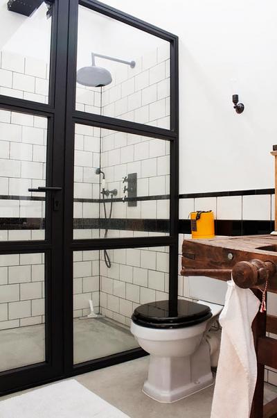 интерьер маленькой ванной комнаты с унитазом