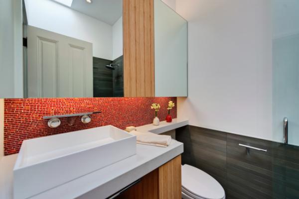маленькая ванная комната с красным фартуком