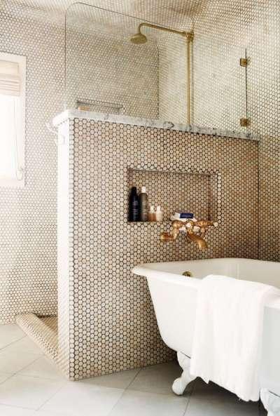 золотистая мозаика в интерьере маленькой ванной комнаты