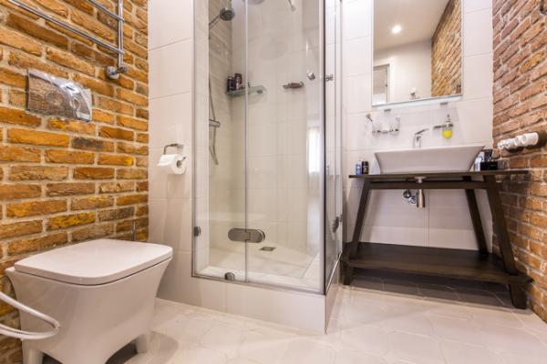 маленькая ванная комната с плиткой под кирпич