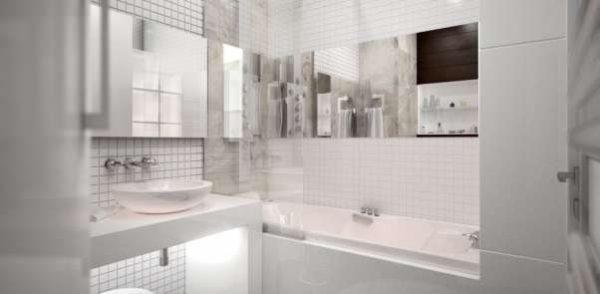 маленькая ванная комната с зеркалами на стенах
