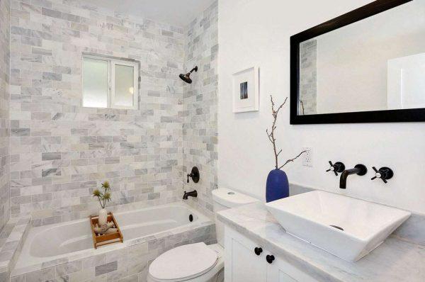 квадратная раковина в интерьере маленькой ванной комнаты