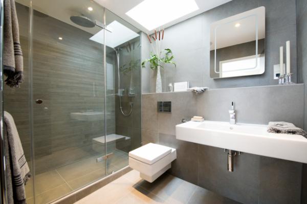 маленькая ванная комната с тропическим душем
