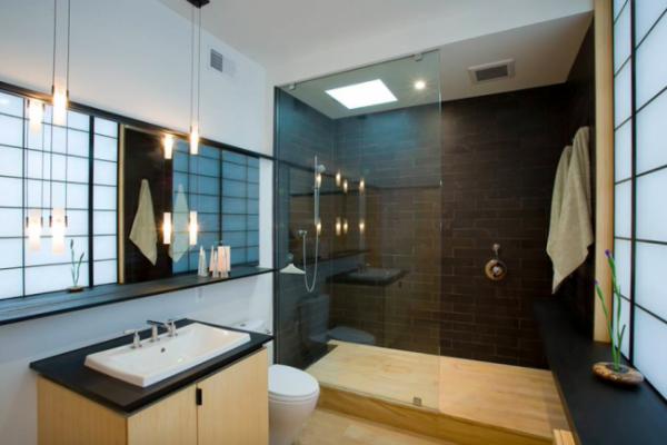 маленькая ванная комната со светильниками