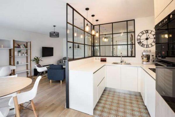 интерьер П образной кухни столовой гостиной