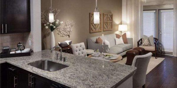 интерьер кухни столовой гостиной с рабочим столом