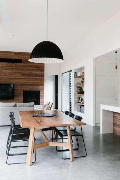 интерьер кухни столовой гостиной со светильником в центральной части