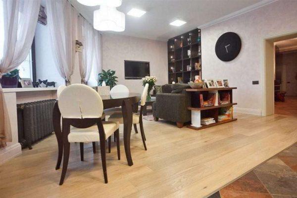 стильный дизайн кухни-гостиной со столовой