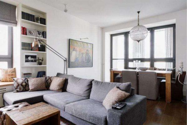 интерьер кухни столовой гостиной с угловым диваном