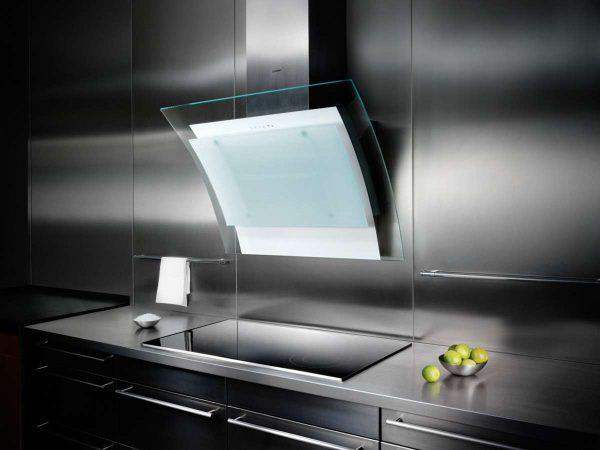 интерьер кухни столовой гостиной с мощной вытяжкой