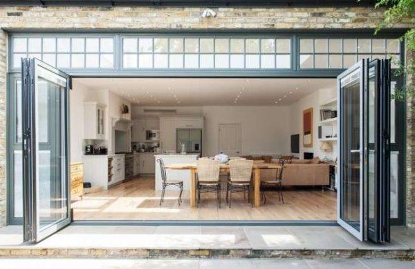 раздвижные двери в интерьере кухни столовой гостиной в частном доме