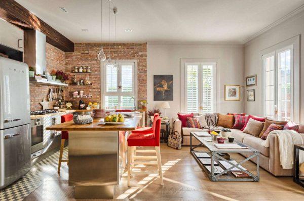 интерьер кухни столовой гостиной с диваном
