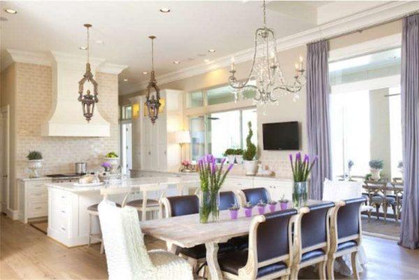 сиреневый цвет в интерьере кухни в классическом стиле