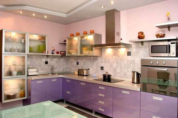 сиреневый цвет на кухне с розовыми стенами