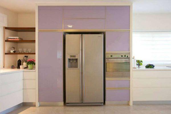 сиреневый цвет на кухне со встроенной техникой