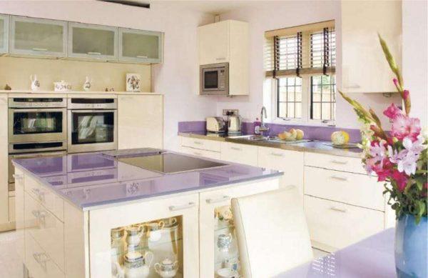 сиреневая столешница в интерьере кухни