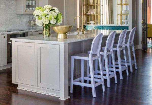 барные стулья в интерьере сиреневой кухни
