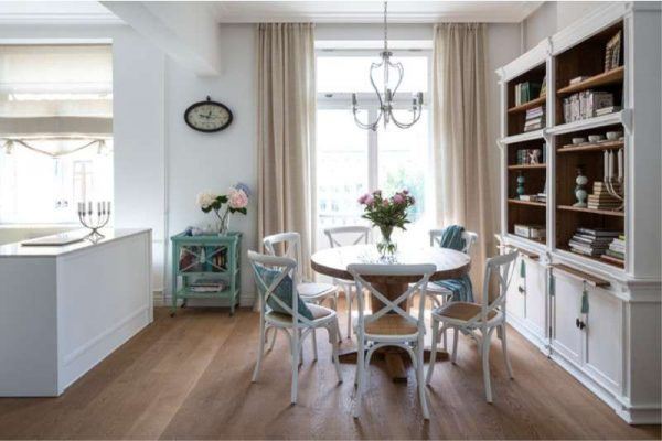 классика на кухне гостиной со столовой