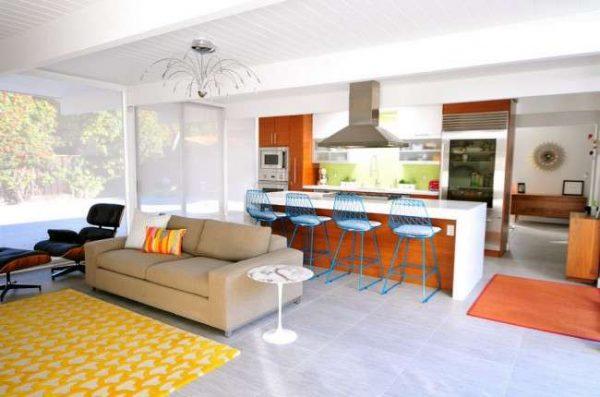 барная стойка на кухне гостиной со столовой