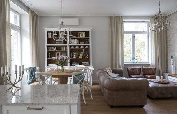 современная классика на кухне гостиной со столовой