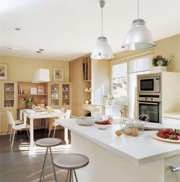белые столы в интерьере кухни столовой гостиной