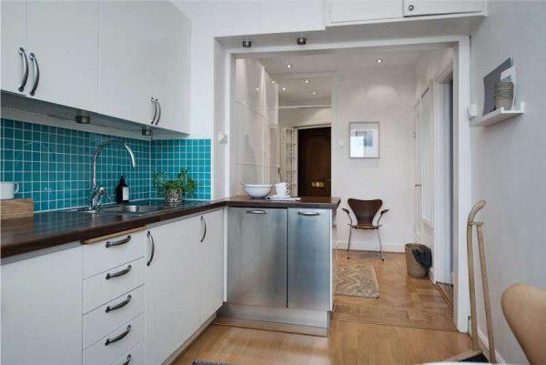 голубой фартук на маленькой кухне