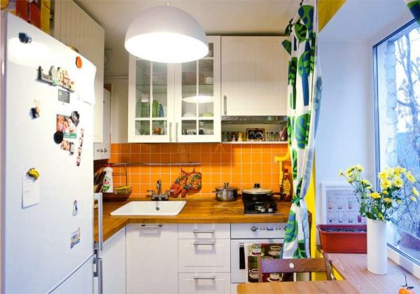 интерьер маленькой кухни с жёлтым фартуком