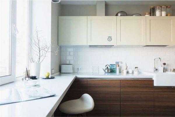 интерьер маленькой кухни с подоконником столом
