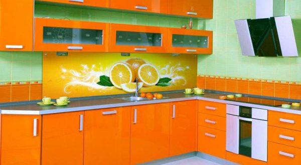 яркий интерьер оранжевой кухни с зелёными стенами