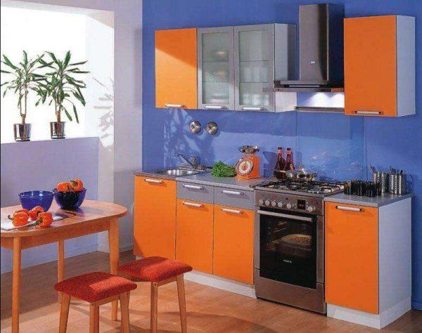 фиолетовые стены на оранжевой кухне