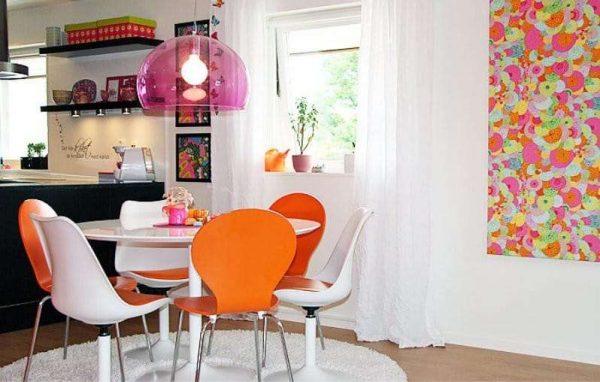оранжевый с розовым цветом на кухне