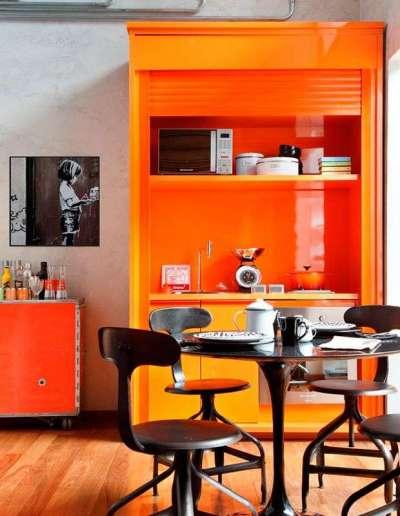оранжевый буфет в интерьере кухни