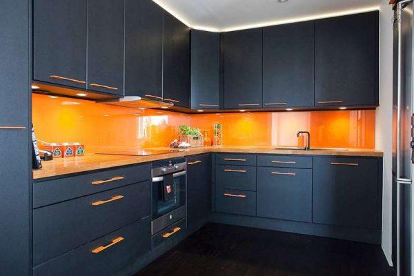 оранжевый с чёрным в интерьере кухни