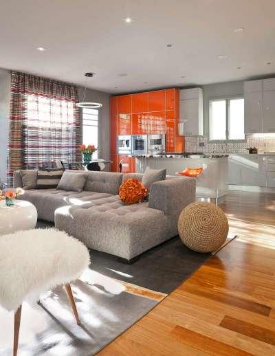 оранжевый гарнитур с глянцевыми фасадами в интерьере кухни гостиной