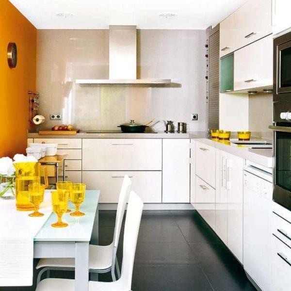 оранжевый акцент на стене и на кухонной посуде