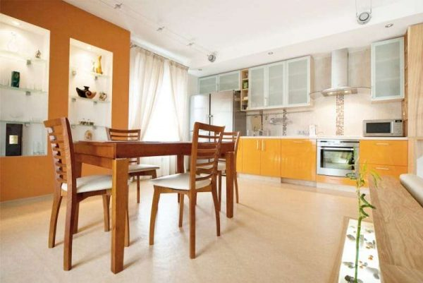 оранжевый гарнитур и стена на кухне