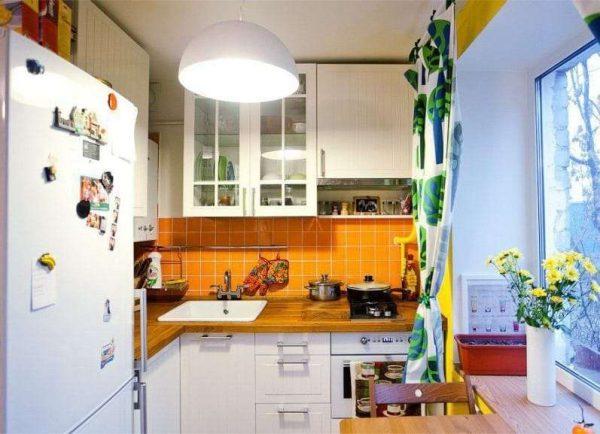 оранжевый фартук на кухне