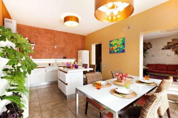 оранжевый с цветом корицы на кухне
