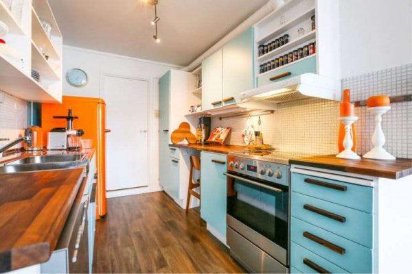 оранжевый с голубым в интерьере кухни