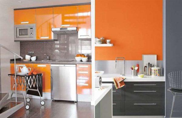 оранжевый цвет на стене и на шкафах кухни