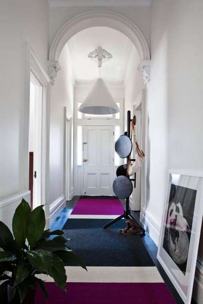 интерьер прихожей в частном доме с арочным сводом