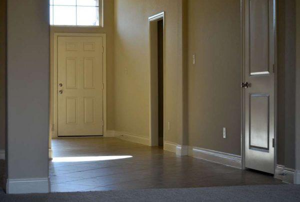 прихожая с дверями в гараж