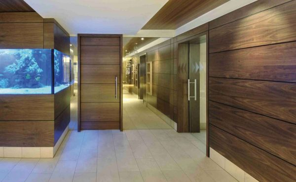 интерьер прихожей в частном доме с деревянными панелями на стенах