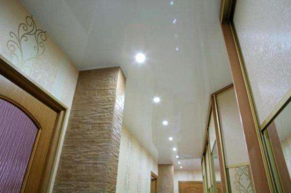 натяжной потолок в прихожей дома
