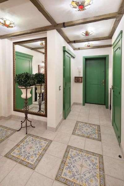 роскошный потолок в прихожей частного дома