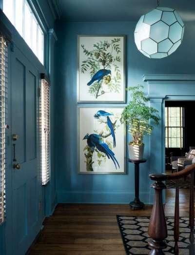 голубой интерьер прихожей в частном доме