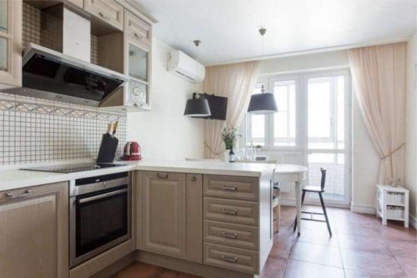 светлые шторы классические на кухне