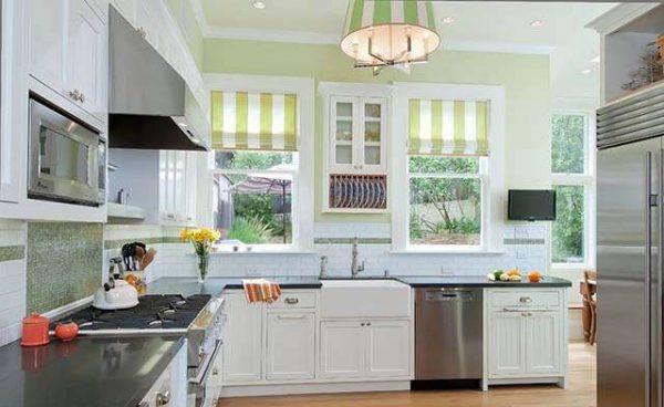 римские шторы в полосочку на кухне