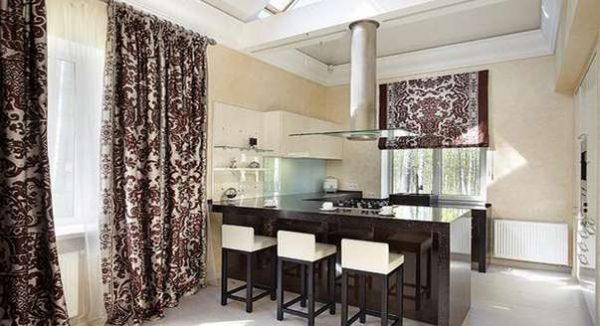 прямые шторы с принтом в интерьере кухни