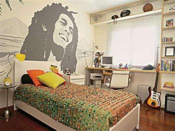 постер на стене в интерьере детской комнаты для мальчика